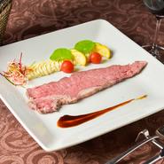 デリケートな温度管理で熟成した和牛肉を、さらに繊細な温度コントロールで12~13時間かけて焼き上げる逸品。風味・あふれる旨み・食感とも、ローストビーフの概念が変わるおいしさ! ソースとの相性も◎。
