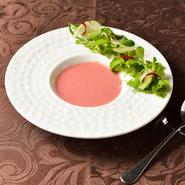 野菜ソムリエ協会認定レストランとして、四季折々の野菜&果物を多彩な皿でご提供。鎌倉直送の新鮮野菜、珍しい西洋野菜などが中心となり、主食材として用いるのに加え、ソースの素材に巧みに生かしています。