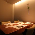 完全個室のテーブル席は、間接照明の当たる品のある落ち着いた雰囲気です。食材の味を存分にいかした、こだわりの本格的な日本料理は見た目にも美しく、特別なひとときを演出してくれます。