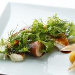 その美味しさからイカの中でも最高級品として知られる山口県の白イカ。 そのイカの旨みがモチモチごはんにしみ込んだ、おすすめの一品。 ハーブの豊かな香りがイカの旨みを引き立てます。