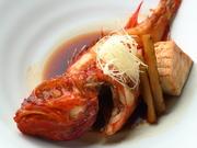 北海道のキンキは色鮮やかな赤色のプルプルの皮、中まで脂ののった肉厚な身はとろとろで旨味がギュッと凝縮されています。優しい味の逸品は、お酒との相性も抜群です。