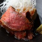 塊肉を低温でじっくり焼くのでしっとり柔らかな食感です。 赤身の旨味や脂身の甘みが口いっぱいに広がります。白髪ねぎと山葵が程よいアクセントになっています。