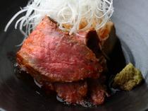 赤身の旨味や脂身の甘みが口いっぱいに。白髪ねぎと山葵がアクセントになった『自家製ローストビーフ』