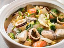 素材との相乗効果でさらに美味しくなったあごだしのスープを楽しみたい『ブリといかと野菜のあごだし鍋』