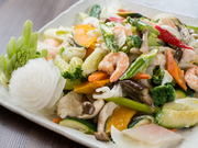 旬の新鮮な野菜をふんだんに使い、見た目にも鮮やかな一皿です。発酵食品である塩麹を加えることで、旨みが増した野菜と海老は、シンプルながらも後を引く美味しさです。