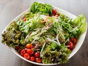 市場から直接仕入れるので、季節を感じることができる新鮮野菜が毎日日替わりで登場します。約13種類の野菜は自然の中で育ったものばかりなので、味の良さは格別。 ぜひご賞味あれ。