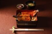 真菜やでついにデリバリーメニューが登場 真菜やの本気の1品 国産の鰻1尾丸々使った贅沢な鰻重です。 ご家庭でも「真菜や」のお味をお楽しみ下さい。 (テイクアウト・デリバリーで価格が異なります)
