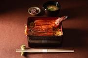 真菜やでついにテイクアウトメニューが登場 暑い季節にぴったりの鰻重ご用意しました。 鰻1尾丸々使った贅沢な鰻重です。 (テイクアウト・デリバリーで価格が異なります)