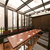 人数とシチュエーションで選べる個室。テラス席もあり