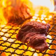 柔らかジューシーなビアガーデンテラス看板メニューの牛ハラミ! 黒胡椒がガツンっと効いた肉好きにはたまらないミートディッシュ。ジェノバソース、燻製塩、わさびでご堪能あれ! S 100g 980円/L 200g 1780円