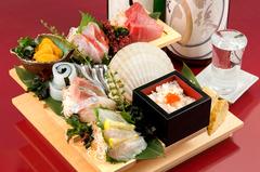 旨いもんを気軽に堪能!名物階段5点盛りをはじめ、店主厳選本日の焼魚、串もん6種盛りなど。