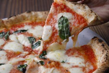 お店の一押し、大定番の『バジルとモッツァレラのトマトソースピッツァ』