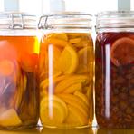 フルーツを2週間以上ウイスキーに漬けこんでつくる『漬け込みハイボール』は、果実の甘みが溶け込んでまろやかな味わい。特に人気はパイナップル。唐揚げにもよく合いますよ。