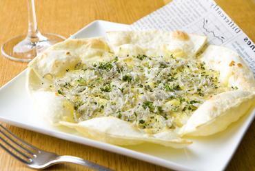 オーブンでパリッと焼き上げた、和素材とイタリアンのコラボレーション『ピザ しらすと大葉チーズ』