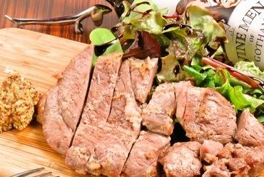 口のなかに広がる肉汁に笑みがこぼれる『自家製塩麹漬けラム肉』