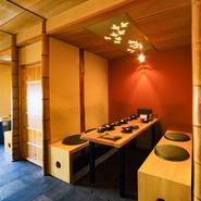 杉の一枚板のテーブル、竹や木の形をそのまま使った柱、さらに灯りがともると模様が透かして見える天井など…。内観ひとつひとつが、愛情をもってつくられているのが分かります。
