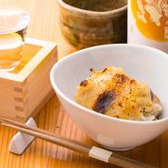 仕込みに多くの時間をかけることで、臭みやクセなどもありません。自家製のタレをかけて焼き上げた『豚足』は、箸で簡単に身を外すことができ、サクットロッとした美味しさです。