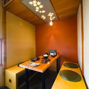 カウンターの他に、三方を壁に囲まれた半個室、四方を囲まれた個室が用意されています。どちらも、すっきりしたシンプルな色使いが特徴的。使い勝手の良い席を設けています。