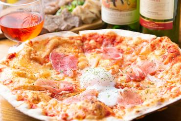 薄いサクサクの生地に、生ハムの塩味と黄身の濃厚な味が絶妙な『生ハムと半熟卵のピザ』