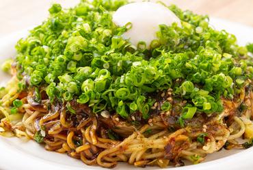 高く積み上げて焼く広島ならではの焼き方と絶品特製ソース『お好み焼き ネギ玉』