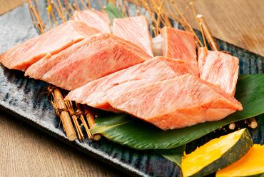 美しいピンク色の肉に見事に入ったサシ、これからはじまる至福のひとときに期待が膨らむ『王様カルビ』