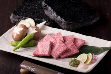 『佐賀牛の溶岩焼き』は塩か刻みわさびで食すのが通の楽しみ