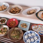 有田焼の大皿に並ぶ、30種類ほどのバリエーション豊富な惣菜