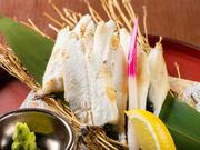 広島県の名物として広く知られる地穴子。香ばしくふんわりと仕上がるように、火入れにもひと工夫。シンプルに素材を活かし、豊かな食感にこだわった逸品です。