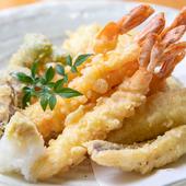 揚げたてのサクッとした食感が楽しい。魚介と野菜の『天ぷら盛り合わせ』
