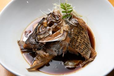 お酒に合う、甘辛の濃い目の味つけ。脂がのった『旬の魚のあら炊き』