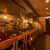 落ち着いた雰囲気で料理を楽しめる、一階カウンター席