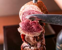 当店自慢のお肉を塊のまま、豪快に串に刺し、岩塩のみで焼き上げた本格シュラスコ。