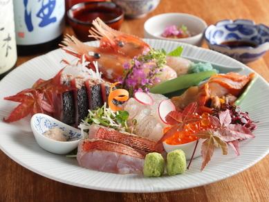 独自の仕入れルートだからこそ実現する、この質とボリューム! 旬の鮮魚が一皿に『お造りの盛り合わせ』
