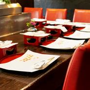 昼間はリーズナブルな値段で本格的な天ぷらを楽しめ、カジュアルなランチデートにぴったり。夜はゆったりとお酒を飲みながら、目の前で職人がつくる揚げたての天ぷらを堪能できます。