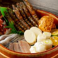 魚介類も野菜も、業者から仕入れた旬の食材を使用。素材の持ち味を活かし、サクッと職人技で仕上げる天ぷらが人気です。厳選した天然塩や大根おろしをつけていただきます。