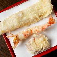 新鮮な蛸を長時間炊いてあり、ものすごく柔らかい「蛸のやわらか煮」。ふわふわの食感になったものを天ぷらにしてあり、年配の方にも人気のメニューで、店の名物料理です。