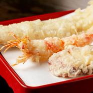 業者が朝締めした新鮮な穴子を厳選仕入れ。店でさばいて一本揚げにした、見た目も豪快な天ぷらです。自家製の山椒塩、添えられた大根おろしを好みでつけていただきます。