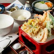 小鉢1品・天然海老4尾・旬の魚2品・季節の野菜3品・かき揚げ1品・サラダ・粥 又は 御飯・汁と漬物