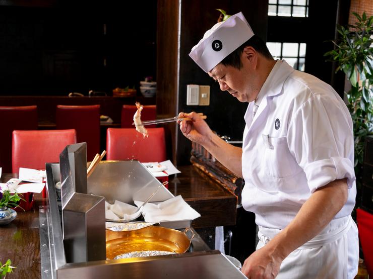 ちょうど良いタイミングで供される、揚げたて熱々の天ぷら
