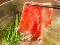 お鍋が半部に分かれていて、半分で国産豚しゃぶ。もう半分で、雅庵オリジナルのレモン鍋が食べ放題!