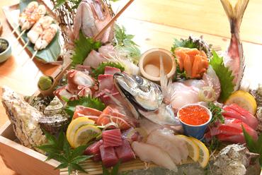 彩り豊かな旬の鮮魚を、華やかかつ丁寧に盛り付けた豪華な一品『本日のお造り盛り合わせ』
