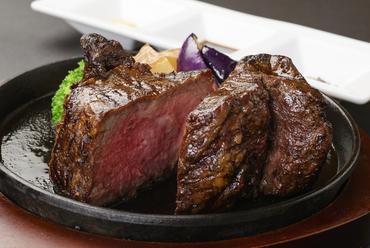 塊肉を豪快に!溶岩石でじっくりやいたジューシーな味わいを堪能できる『国産牛サーロインの溶岩石グリル』