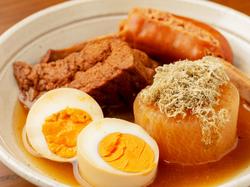 鷹仁自慢の大山地鶏を使った串焼き3種と鶏出汁おでん5種を楽しんで頂けます。宴会や女子会などにおすすめ。