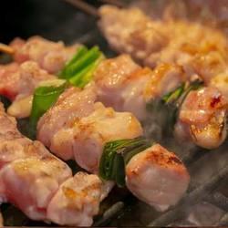 鷹仁自慢の大山地鶏を使った串焼き5種と鶏出汁おでん5種、絶品せせりバラ焼き等を十分に堪能して頂けます。