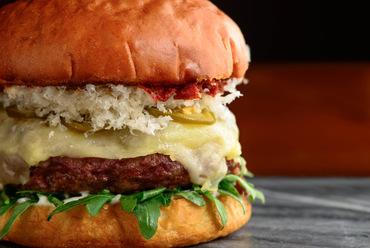 これまで以上にジューシーでリッチな味わいを堪能できる『Adrift cheeseburger』