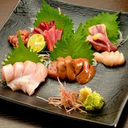 養鶏所直送の朝びき丸鶏で仕入れている、甘味と深みのある奈良の代表的な「大和肉鶏」を新鮮なまま刺身でいただくことができます。様々な部位の美味しさを感じることができる一品です。