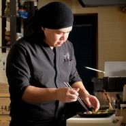 県外の方も多く足を運ぶという【大和酒彩しゅん坊】。奈良県のおいしいものをアピールしたいと、料理にも接客にも力を入れているのだとか。上質な「鶏肉」や新鮮な「野菜」など、地元ならではの美食をご堪能あれ。