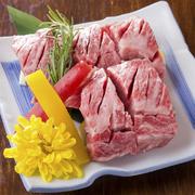 サシ(霜降り)の入った上質なお肉を角切りにして提供します。 角切りならではの食感、肉汁、柔らかさをお愉しみください。