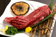 和牛のハラミを、自分で焼きながらハサミで切っていただきます。カットしやすいよう、料理人が表面に切り込みを入れてくれているのが嬉しい。厚切りで好みのサイズにカットできるため、食感も楽しめます。