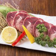 牛金のタン塩は噛めば噛むほどに味がでる、上質な逸品。 サッパリとレモンと共にお召し上がりください。